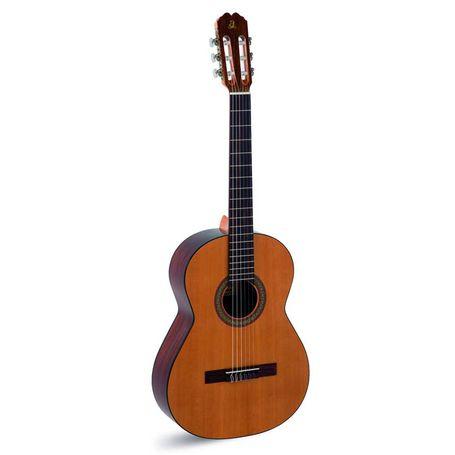 Guitarra electroacústica admira